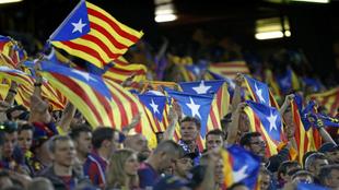 Aficionados del Barça ondean esteladas