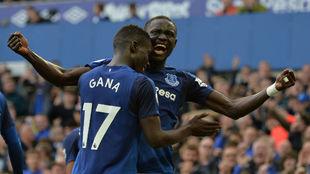 Niasse celebra con Gueye su segundo gol frente al Bournemouth.