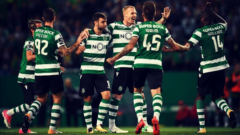 Jérémy Mathieu celebra un gol con sus compañeros del Sporting...