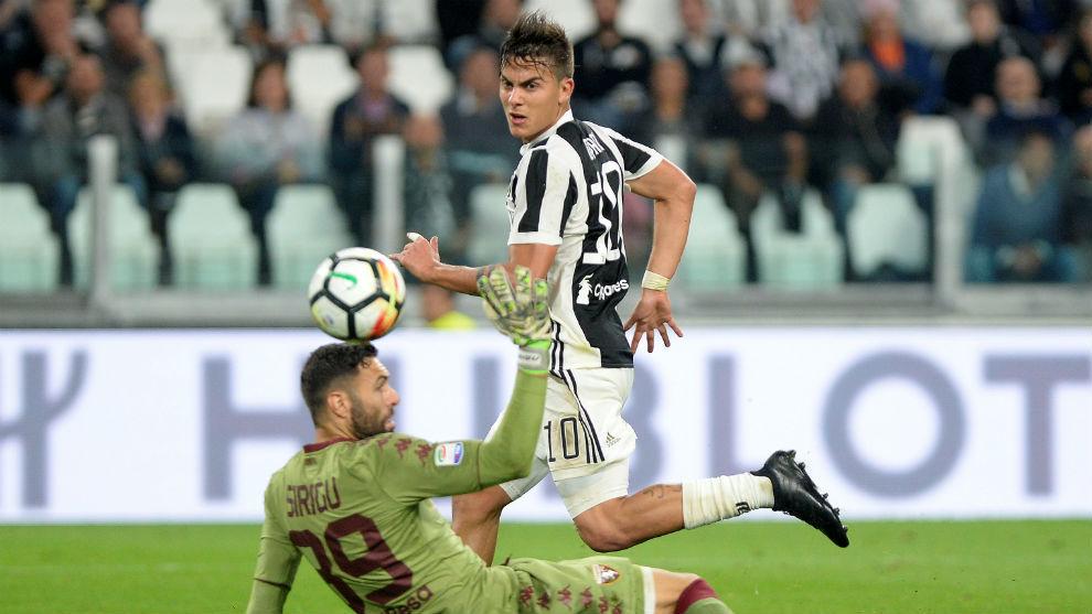 Dybala supera a Sirigu en el derbi de Torino.