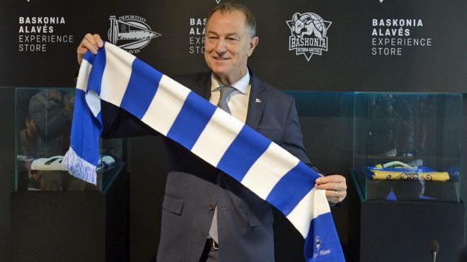 De Biasi posa con una bufanda del Alavés