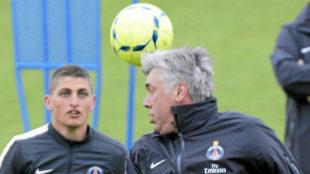 Ancelotti juega con Verratti durante su etapa en el PSG.
