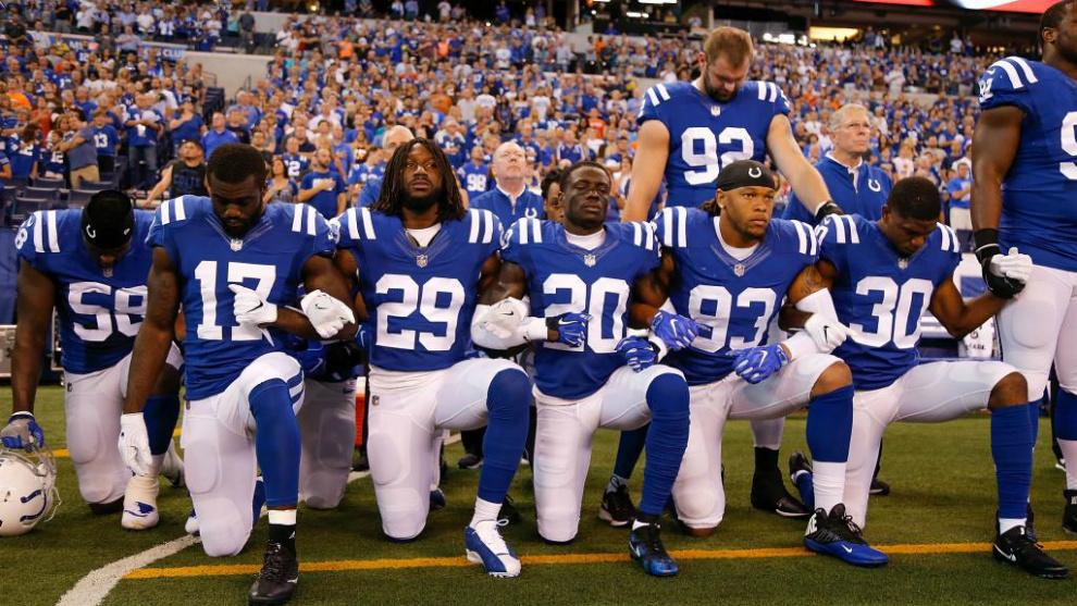 Jugadores de los Indianápolis Colts se arrodillan o inclinan la...