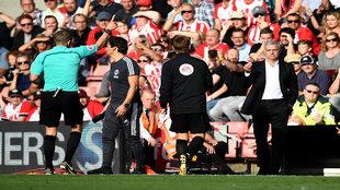 El colegiado Craig Pawson expulsa a José Mourinho.