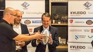 El alcalde vigués Abel Caballero, con un balón de rugby del...
