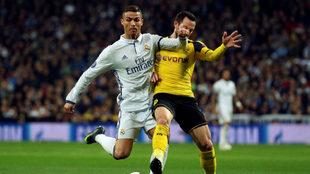 Gonzalo Castro disputando un balón con Cristiano Ronaldo