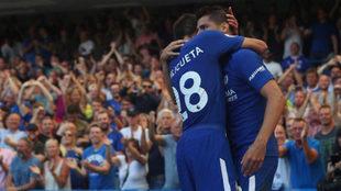 Morata y Azpilicueta celebran uno de los goles del Chelsea.