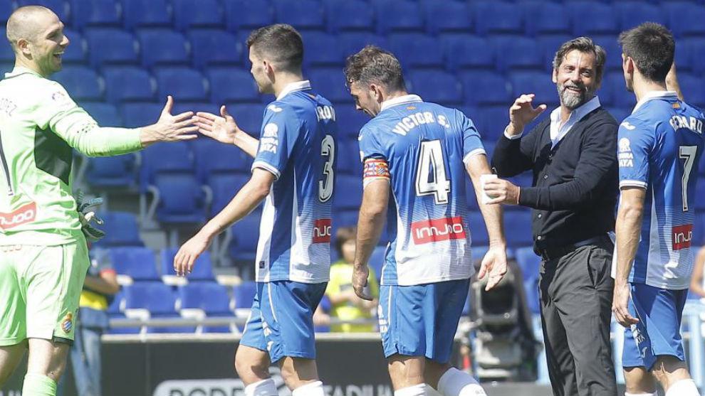 Algunos jugadores del Espanyol y Quique se felicitan por el éxito...