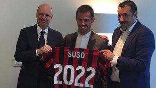 Suso posa con la camiseta del Milan