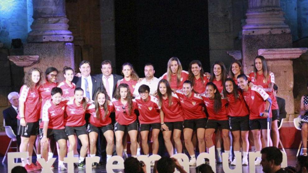 Las jugadoras del Santa Teresa posan junto a su presidente Pablo...