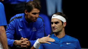 Nadal y Federer conversan durante un partido del suizo