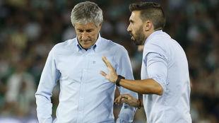 Setién y Sarabia hablan durante el partido del Villamarín.