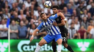 Hemed y Yedlin, durante el choque entre el Brighton y el Newcastle.