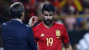 Lopetegui saluda a Costa tras cambiarlo en un encuentro.
