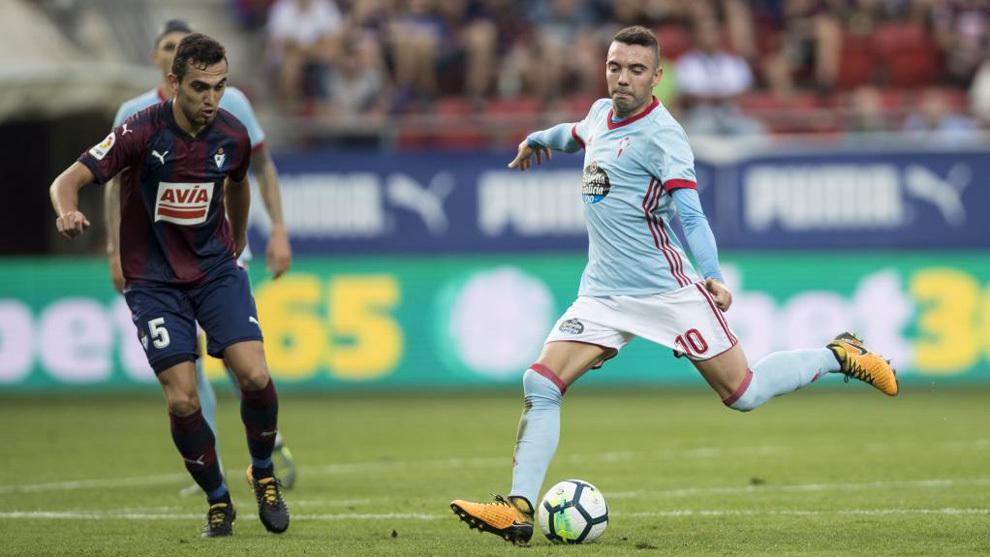 Iago Aspas golpea un balón en un partido frente al Eibar