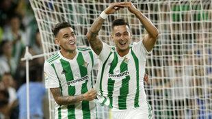 Sanabria celebra con Sergio León el tanto de éste.