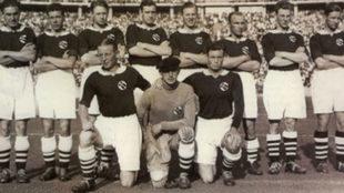 Reidar Kvammen, el tercero arriba por la izquierda con la selección...