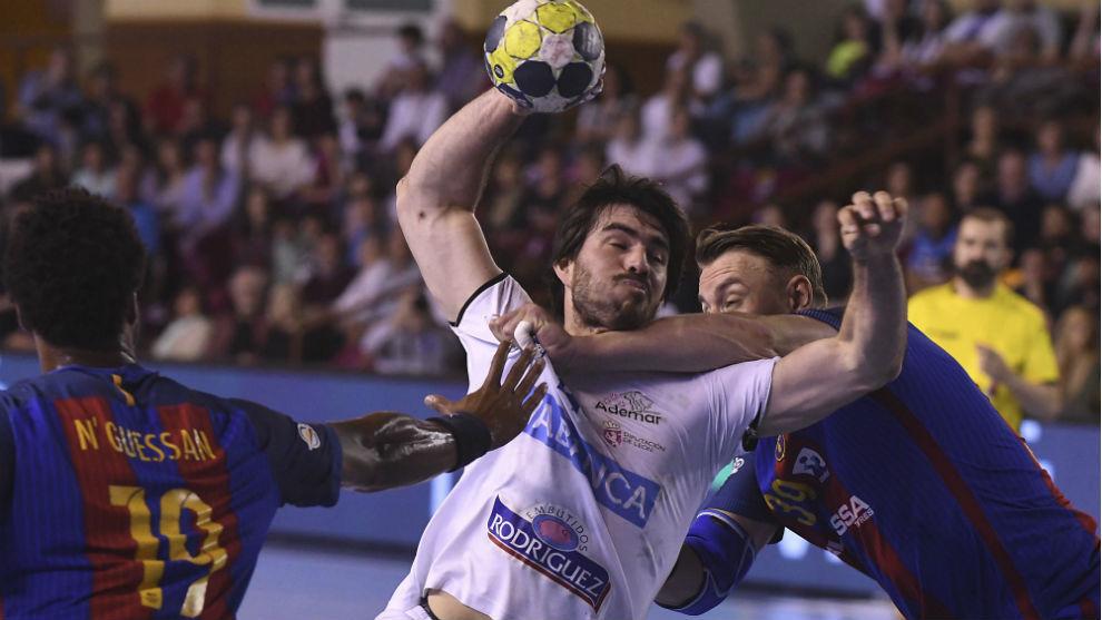 Sebastián Simonet obstaculizado por la defensa azulgrana en el...