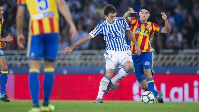 Oyarzabal disputa un balón con el valencianista Soler.