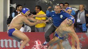 Chus Martín, arrojado por sus jugadores al agua en un triunfo del At....