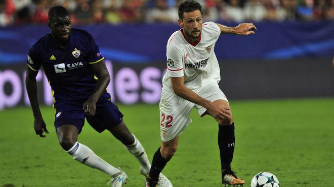 Franco Vázquez se escapa de un jugador del Maribor.