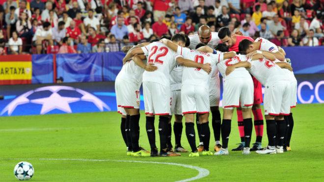 Los jugadores del Sevilla hacen piña antes del duelo con el Maribor.
