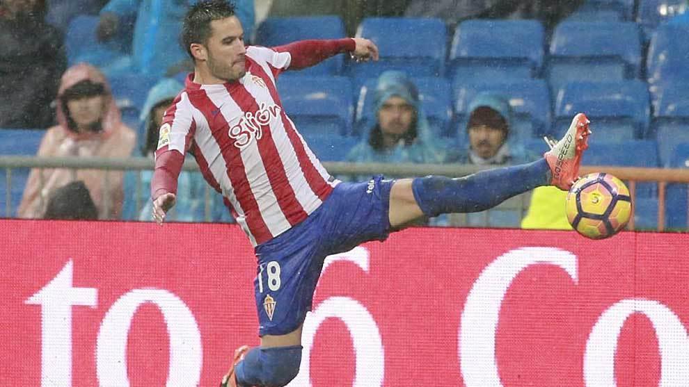 Isma López intenta controlar un balón la pasada temporada en el...