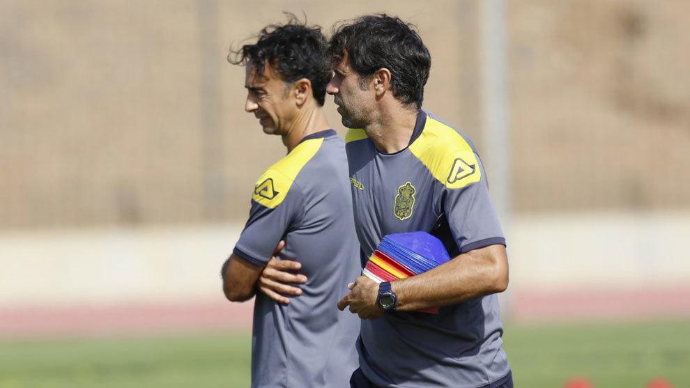 Paquito Ortiz y Juan Carlos Valerón dirigen el entrenamiento de la UD...