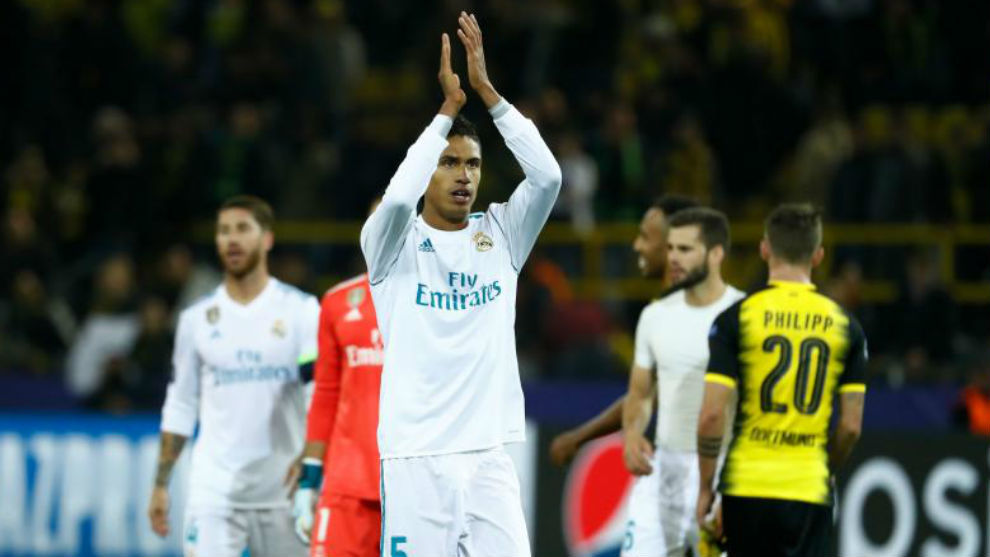 Varane aplaude a la afición blanca tras el triunfo en Dortmund.