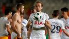 Kane juega con el bal�n con el que logr� el 'hat-trick' ante el...