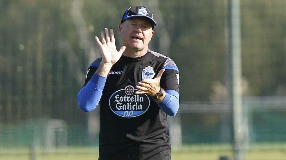 Pepe Mel dirigiendo un entrenamiento del Deportivo.