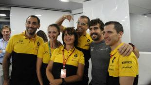Fernando Alonso, con los miembros de Renault Sport F1, en su...