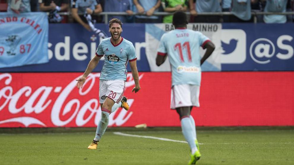 Sergi Gómez celbra junto a Pione Sisto su gol ante el Eibar