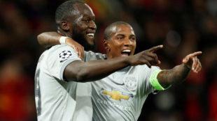 Lukaku y Young celebran uno de los goles del belga.