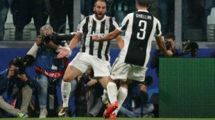Higua�n celebra su gol con Chiellini.