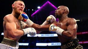 McGregor recibe el derechazo de Mayweather