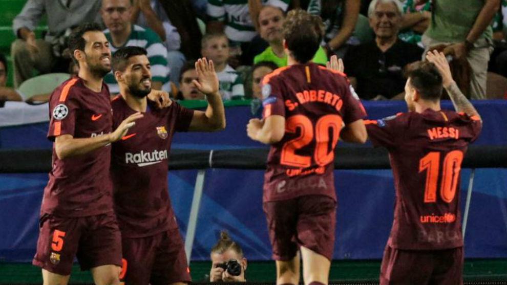 Busquets, Luis Suárez, Sergi Roberto y Messi se felicitan por el gol...