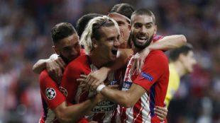 Griezmann celebra su gol ante el Chelsea con sus compa�eros.