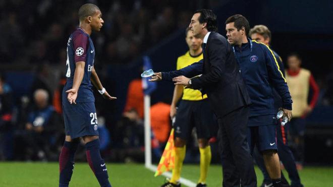 Emery da instrucciones a Mbappé.