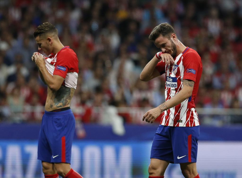 Lucas y Saúl, cabizbajos tras la derrota ante el Chelsea.