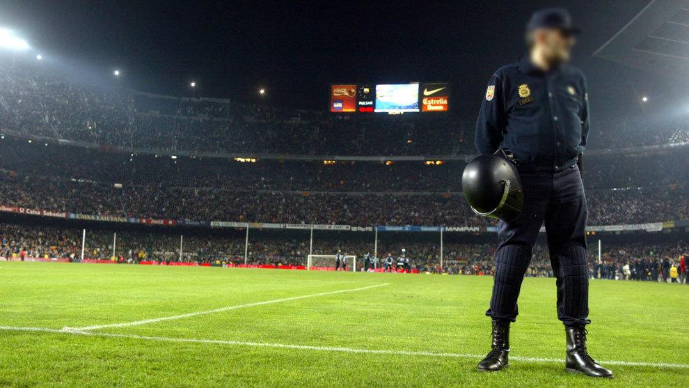 Un policía nacional vigila en el Camp Nou, en una imagen de archivo