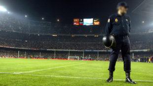 Un polic�a nacional vigila en el Camp Nou, en una imagen de archivo