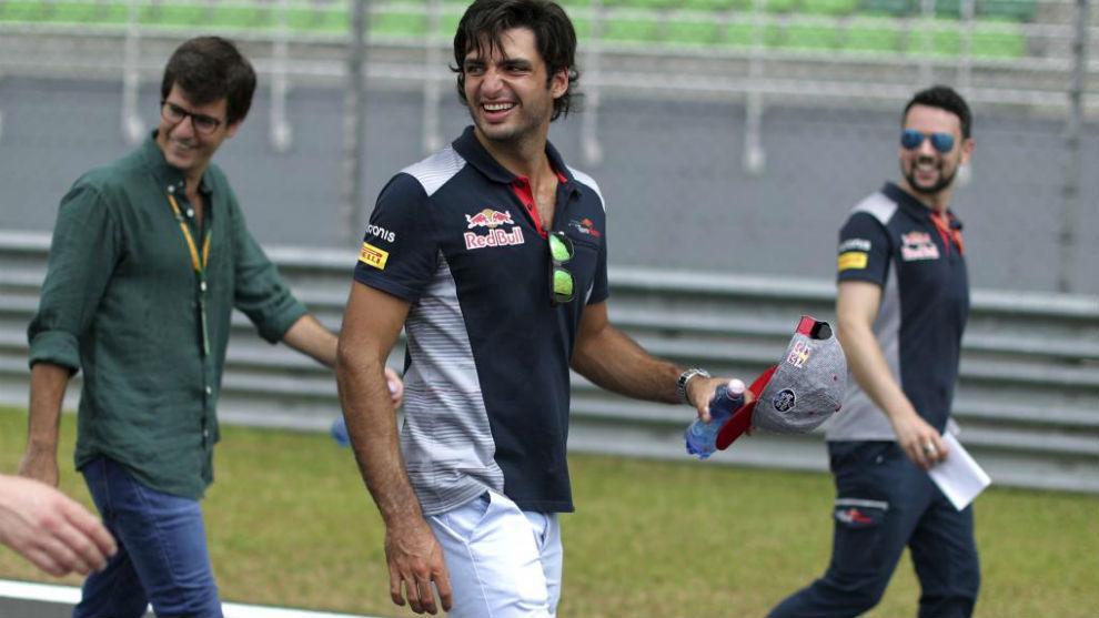 Sainz, dando la vuelta de reconocimiento a pie del circuito de Sepang.