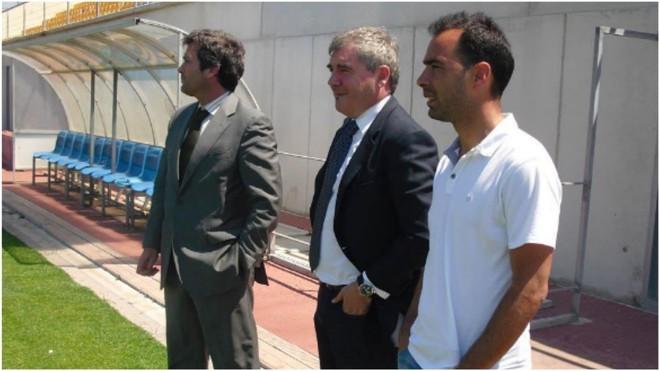 Manuel Vizcaíno, presidente del Cádiz, sigue el entrenamiento junto...