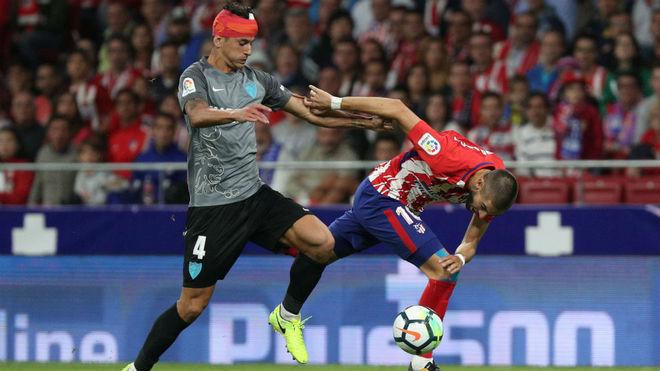 Luis Hernández disputa un balón con Carrasco en el estreno del Wanda...