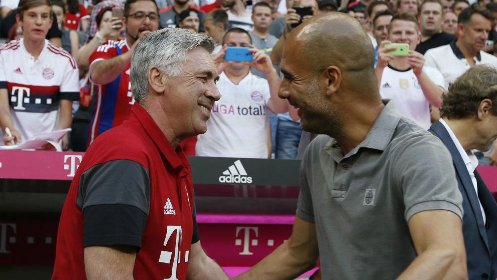 Ancelotti saluda a Guardiola en un partido de pretemporada.