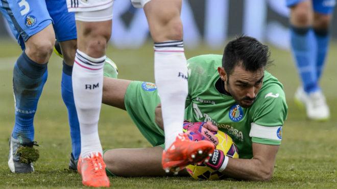 Codina ataja una pelota en un partido contra el Real Madrid en su...