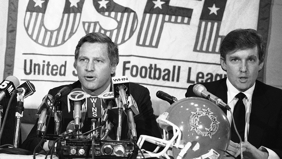 Donald Trump (derecha) durante una conferencia de prensa de la USFL.