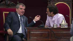 Manolo Vizcaíno, a la izquierda, charla con José María González,...