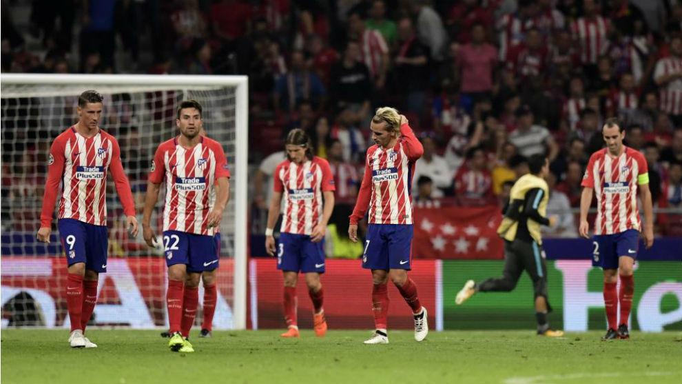 Los jugadores del Atlético se lamentan tras el tanto de Batshuayi